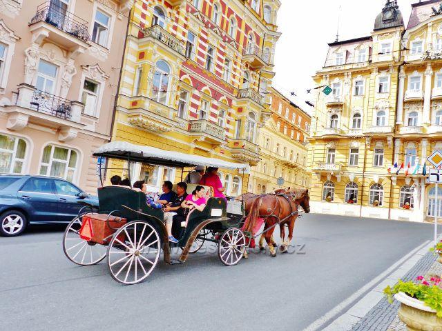 Mariánské Lázně - koňský kočár na vyhlídkové trase v Nehrově ulici