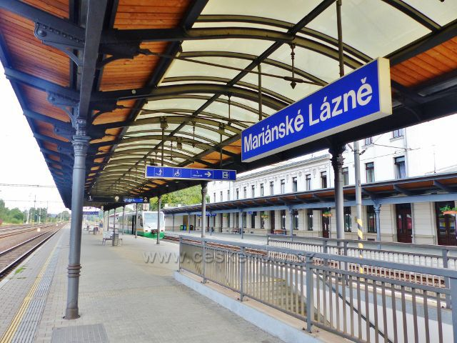 Mariánské Lázně - na nástupišti nádraží ČD vzadu čeká souprava GW TRAIN na odjezd směr Karlovy Vary