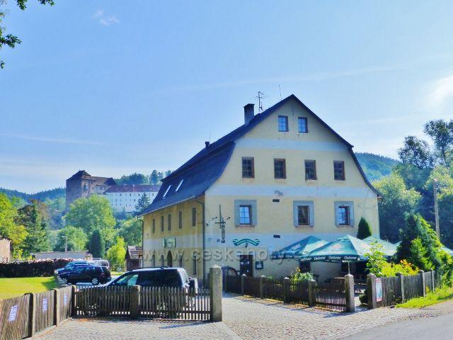 """Bečov nad Teplou - objekt """"Staré"""" pošty, v němž se měnila koňská poštovní spřežení. Nyní slouží jako restaurace a penzion."""