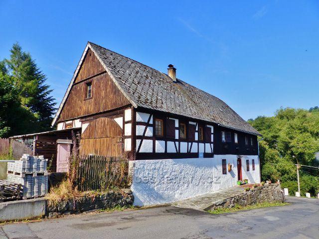 Bečov nad Teplou - jeden z mála dochovaných roubených domů v nádražní ulici
