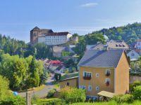 Bečov nad Teplou - pohled z Nádražní ulice k hradu