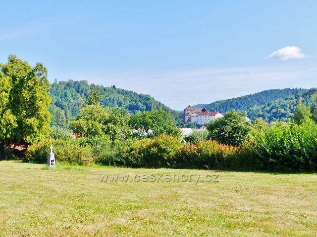 Bečov nad Teplou - pohled přes německou část hřbitova na hrad