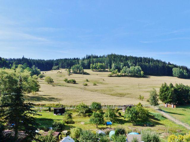 Bečov nad Teplou - pohled z Tepelské ulice na zahrádkářskou kolonii a pastviny pod Šibeničním vrchem