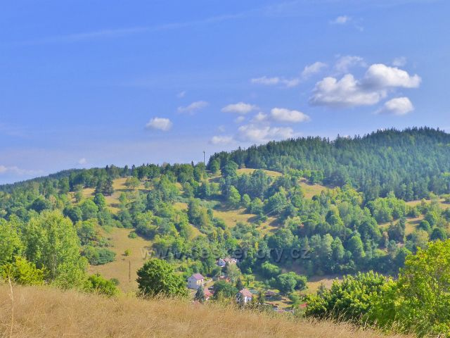 Bečov nad Teplou - pohled z cesty k Vyhlídce na protilehlou stráň, na níž bývaly zahrádky a políčka