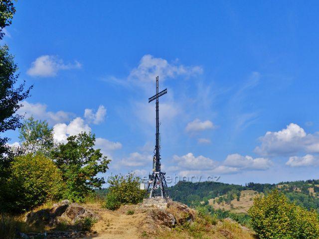 Bečov nad Teplou - kříž na Vyhlídce je jedním z produktů každoročně konaného kovářského symposia
