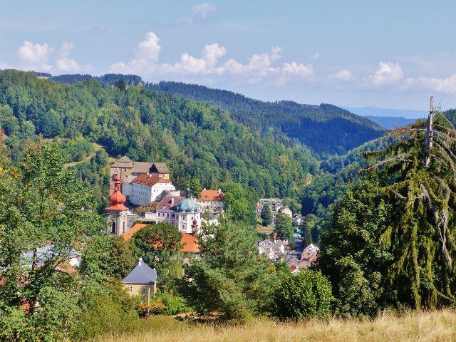 Bečov nad Teplou - pohled z Vyhlídky na hrad a zámek