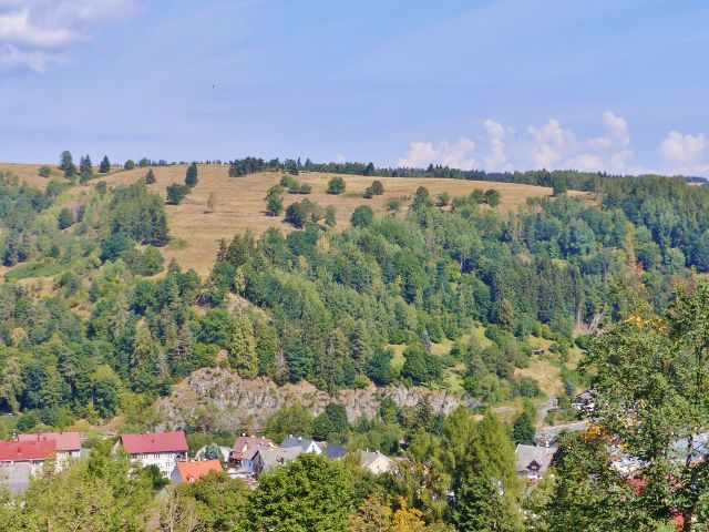Bečov nad Teplou - pohled z Vyhlídky na protilehlou stráň nad železniční tratí