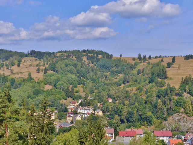 Bečov nad Teplou - pohled z Vyhlídky na svahy nad ulicí Na Zelené, na nichž byli dříve zahrádky a políčka