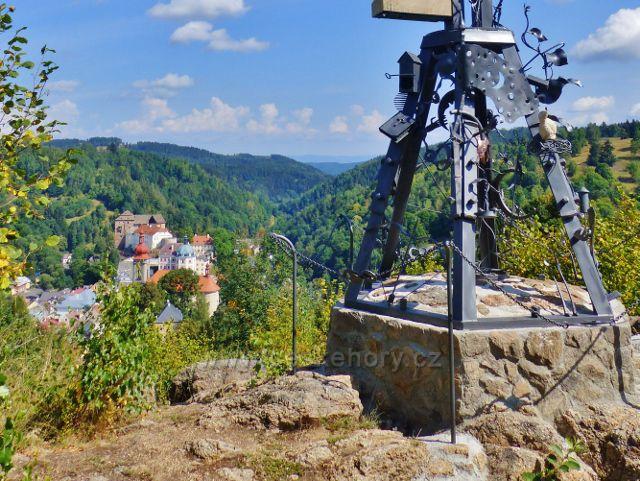 Bečov nad Teplou - pohled na zámek od železného kříže