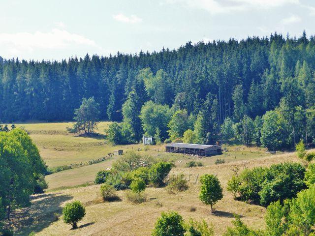 Bečov nad Teplou - pohled z cesty k Vyhlídce na pastviny pod Šibeničním vrchem