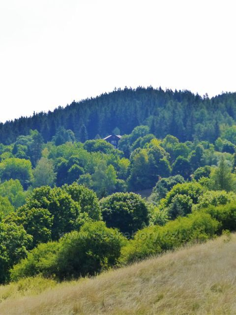 Bečov nad Teplou - pohled z cesty k Vyhlídce k bývalému letohrádku Komtesa, kteý byl vystavěn v letech 1926 až 1928 jako letní sídlo komtesy Eleonory Beaufort