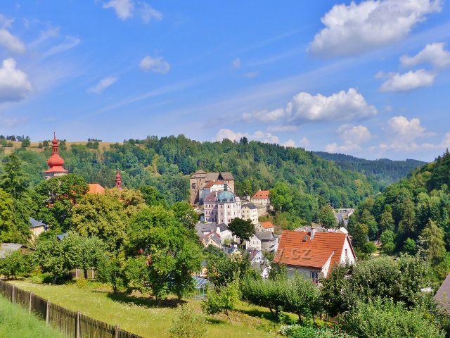 Bečov nad Teplou - pohled z ulice Na Výšině k zámku a hradu