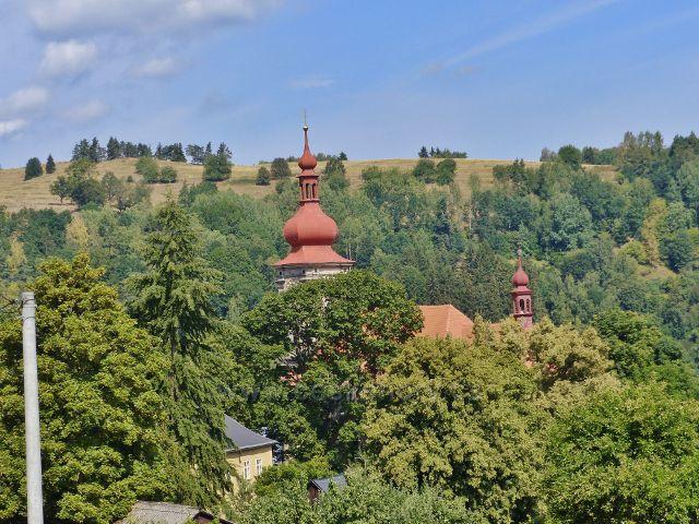 Bečov nad Teplou - pohled z ulice Na Výšině na věž kostela sv. Jiří