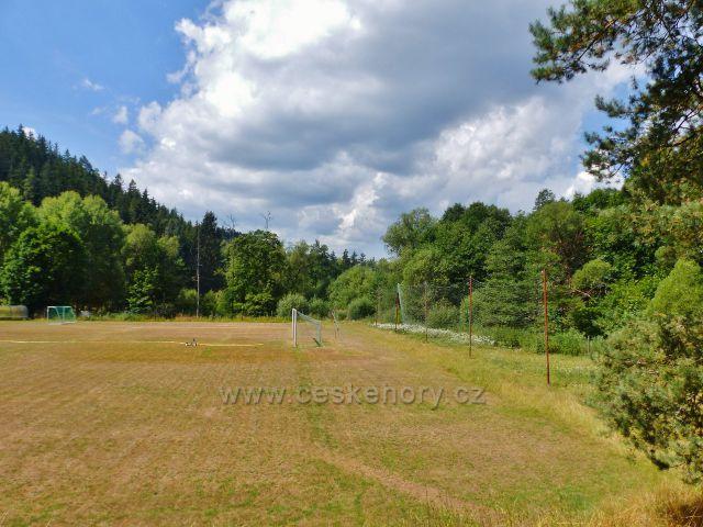 Bečov nad Teplou - místní fotbalový stadion se nachází uprostřed zeleně