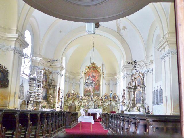Bečov nad Teplou - interiér římskokatolického kostela sv. Jiří