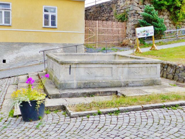 Bečov nad Teplou - kašna před kostelem sv. Jiří