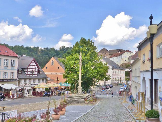 Bečov nad Teplou - pohled z Kostelní ulice do náměstí 5.Května. Uprostřed stojí Morový sloup