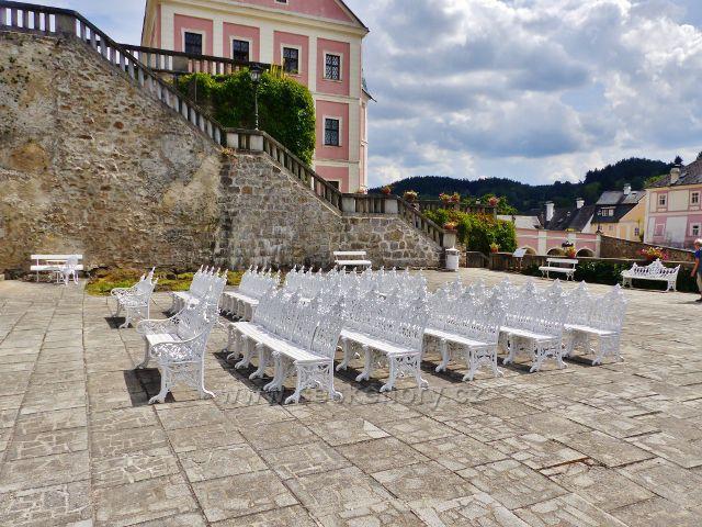 Bečov nad Teplou - zámecká terasa jen častým místem koncertů