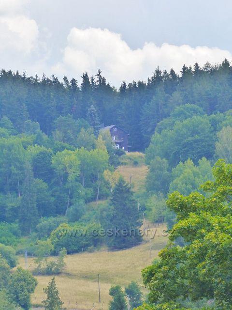 Bečov nad Teplou - pohled ze zámecké terasy k letohrádku Komtesa