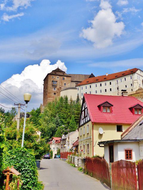 Bečov nad Teplou - pohled z Úzké ulice do podhradí