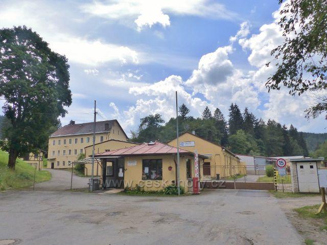 Bečov nad Teplou - objekt výrobního družstva Elektro je v současnosti jediným, ale nejstarším výrobním podnikem ve městě. Bylo založeno v srpnu 1945 a zpočátku vyrábělo bakelitové svorky pro celé Československo