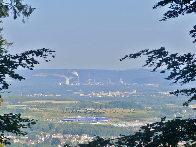 Karlovy Vary - pohled z cesty po modré TZ na Dubskou horu k elektrárně Vřesová