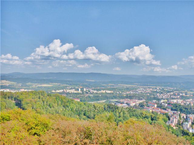 Karlovy Vary - pohled z rozhledny Diany na Doubí a podhůří Krušných hor, jejich hřeben je na obzoru