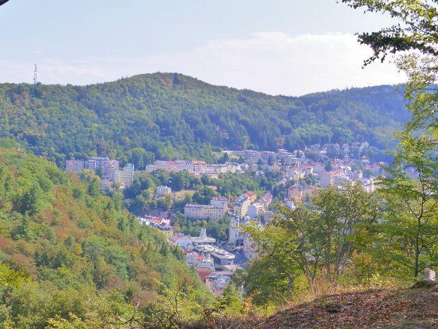 Karlovy Vary - pohled na Vřídelní kolonádu a kostel sv. Máří Magdalény  od horní stanice lanovky Diana