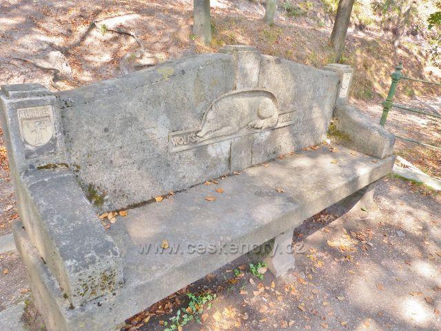 Karlovy Vary - kamenná lavice na vyhlídkovém místě pod Dianou