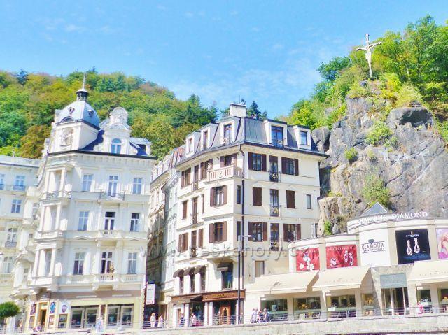 Karlovy Vary - kříž nad hotelem Pupp