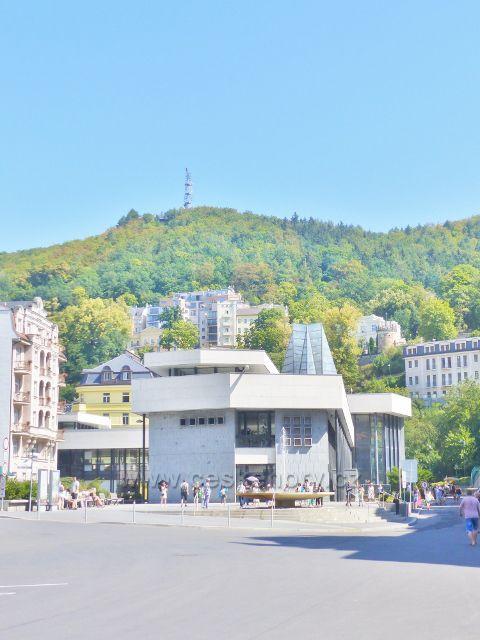 Karlovy Vary - pohled od Divadelního náměstí na Vřídelní kolonádu
