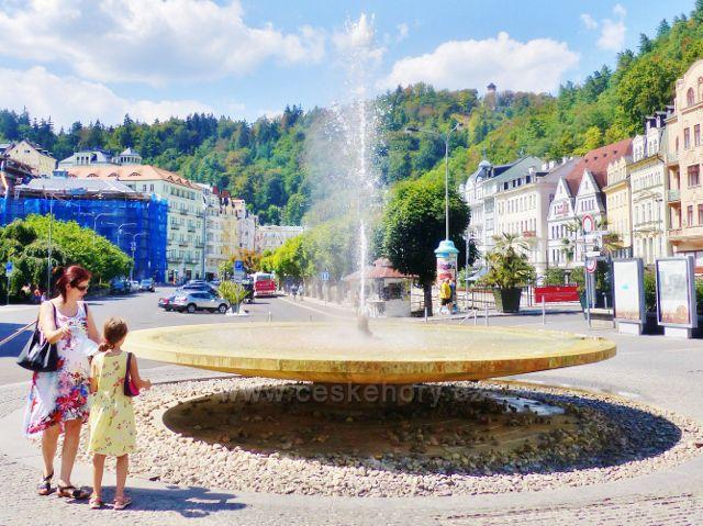 Karlovy Vary - vodotrysk před Vřídelní kolonádou