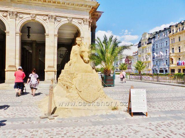 Karlovy Vary - Masarykova písková socha před Mlýnskou kolonádou