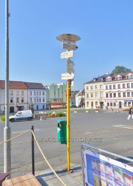 """Tachov - turistický rozcestník na náměstí Republiky """"Tachov, 490 m.n.m."""""""