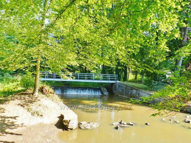 Tachov - mostek přes řeku Mži u splavu před Mlýnským náhonem