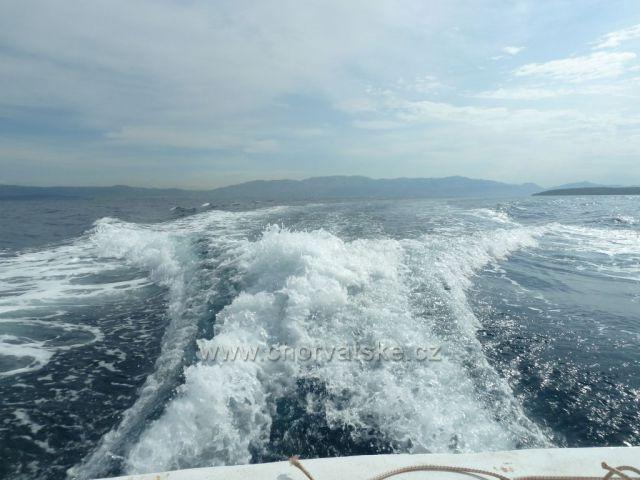 vlny za lodí v pozadí ostrov Vis