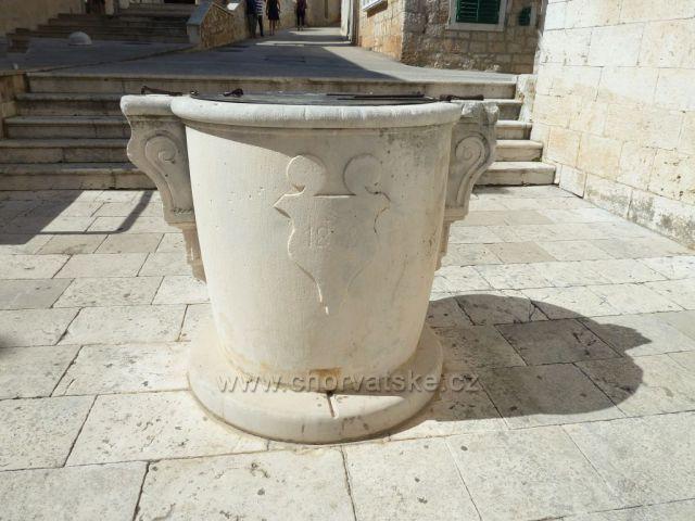 město Bol na ostrově Brač snad studna před kostelem
