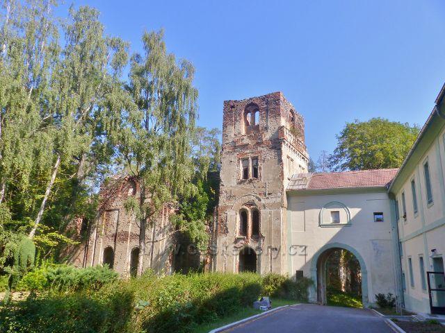Tachov - vlevo je část zříceniny kláštera Paulánů ve Světcích a vpravo na ní navazuje zámek Světce, ve kterém sídlí Střední průmyslová škola