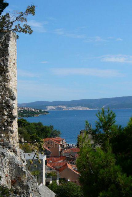 Omiš, pohled z pevnosti na ostrov Brač a lom Pučišča