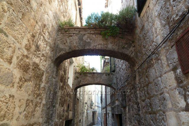 Omiš, středověká ulička