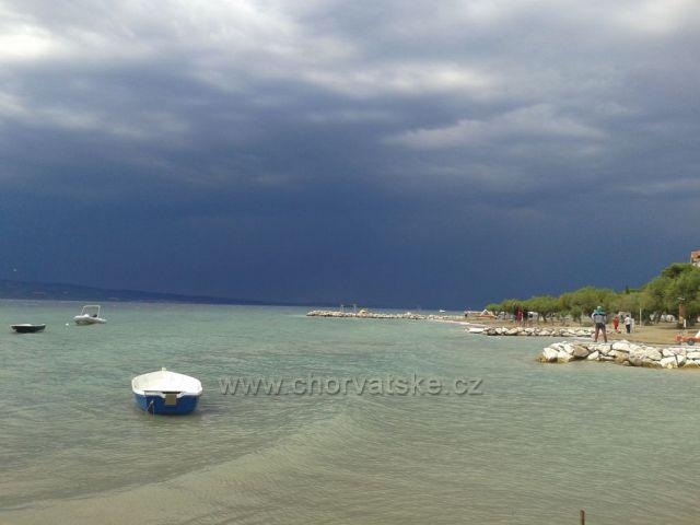 Omiš - Duče, rodící se bouře nad ostrovem Brač