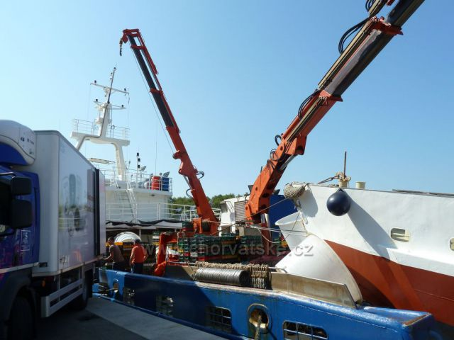 Milna, ostrov Brač, loď Adriatic Queen s bohatým úlovkem sardinek
