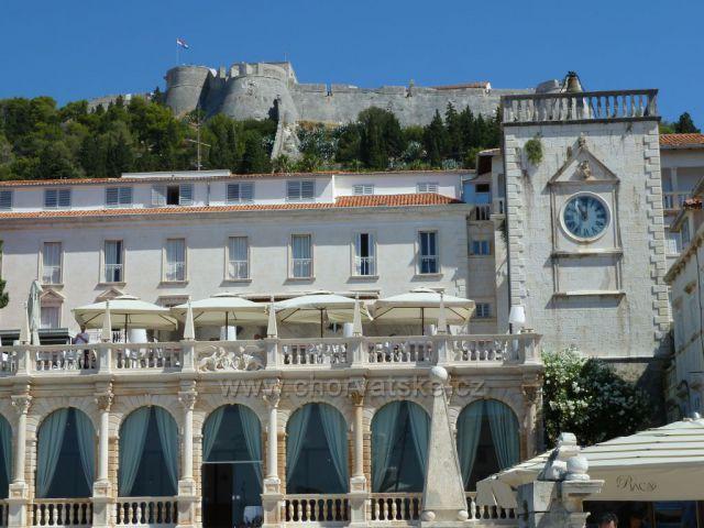 Hvar,hotel Palace,kde původně stál renesanční Knížecí palác.Zbyla po něm jen renesanční hodinová věž Leroj ze 16. století