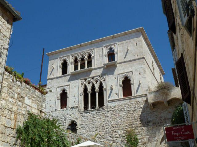 Hvar, nedokončený Hektorovičův palác