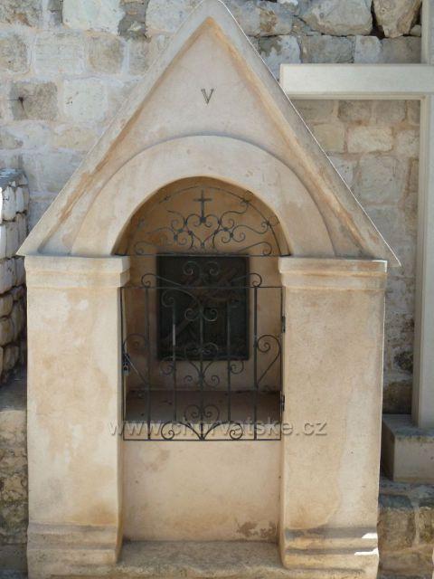 Hvar,V.zastavení křížové cesty před františkánským klášterem Gospa od Milosti
