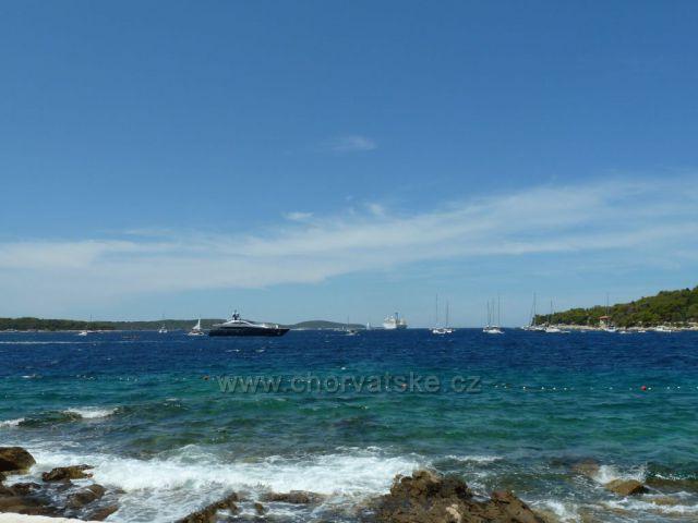 Hvar,pohled z pláže před františkánským klášterem Gospa od Milosti
