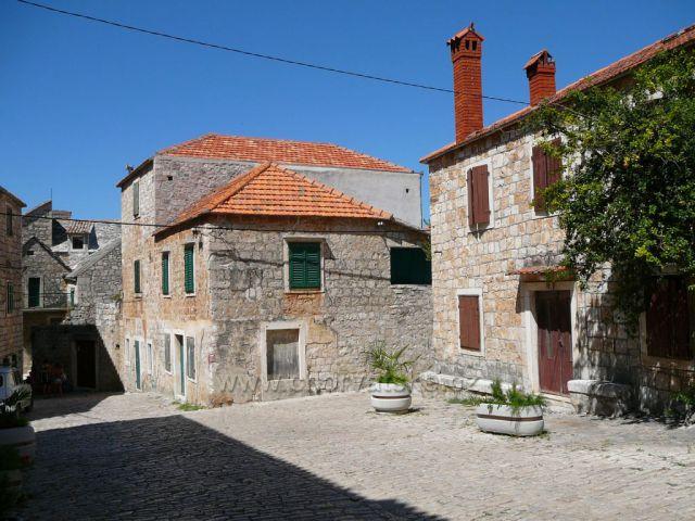 Postira ostrov Brač ulička od kostela Sv.Ivana Křtitele