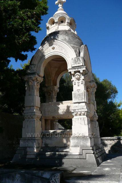 Supetar ostrov Brač bílý bračský mramor v díle Ivana Rendiče (1849-1932)