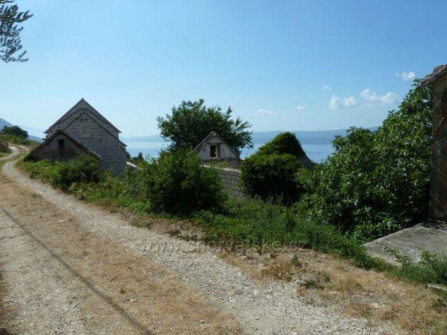 Stare Selo pod horským masivem Mosor cesta k Omiši