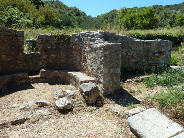 Lovrečina, zátoka na ostrově Brač s pozůstatky kláštera Sv.Lovre (Vavřince) z 5.století